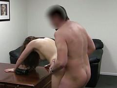 Мужчина потрахал на работе брюнетку