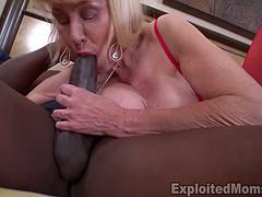 Бабка ебется с негром на интимном свидании