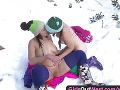 Девки играют с писями на заснеженном дворе