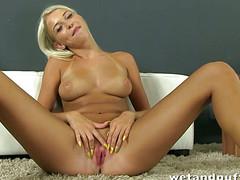 Блондинка играет с мягкой вагиной