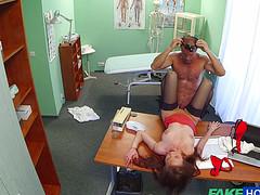 Рыжая пациентка отдалась зрелому врачу