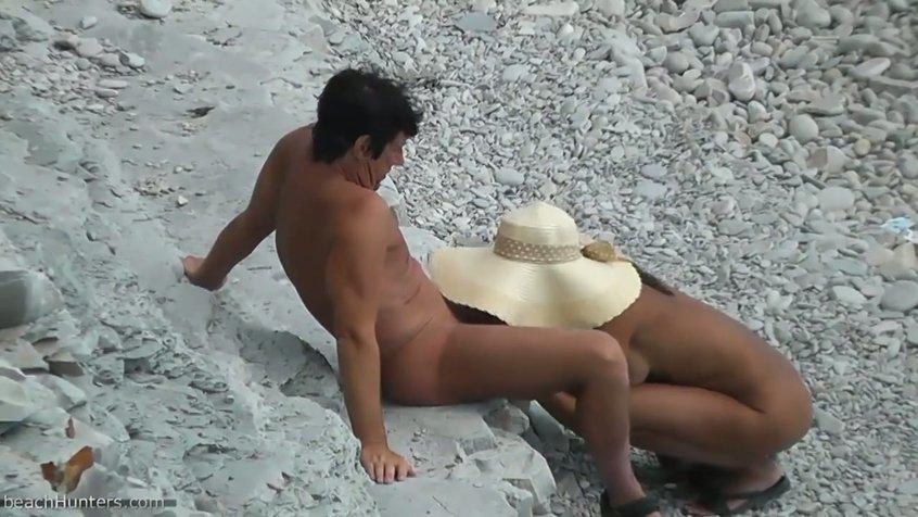 Ласкает свой член на пляже