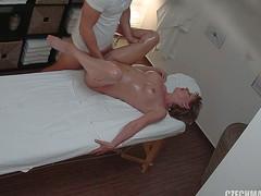 Массажист ебет клиентку в нежную пилотку