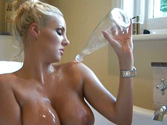 Милашка расслабляется в горячей воде