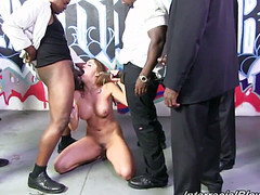 Девка ласкает глоткой черные пенисы