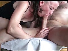 Женщина классно сосет длинный пенис