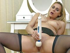 Женщина ласкает вибратором мягкую вульву