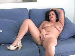 Зрелая дама дрочит вульву на диване
