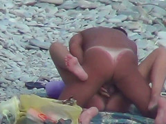 Мужик быстро потрахал жену на пляже