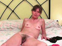 Взрослые женщины обнажают свои тела