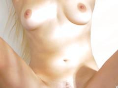 Блонда сняла одежду перед видеокамерой