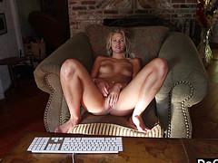Блонда показала оргазм на веб камеру