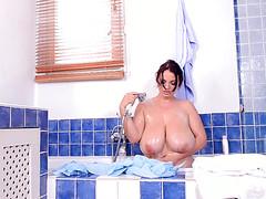 Женщина расслабляется голышом в ванной