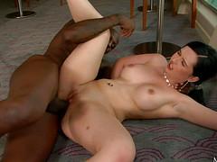 На черном пенисе работает пиздой девушка