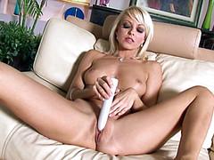 Стройная блонда ебет пизду на диване