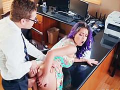 Мужик натягивает коллегу на рабочем столе