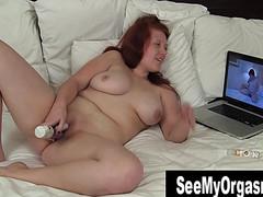 Толстая яростно дрочит в постели вагину