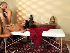 Баба переспала с седым массажистом