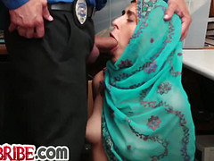 Девка сделала отсос полицейскому в участке