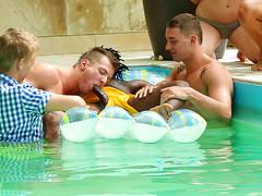 Голые бисексуалы активно сношаются в бассейне