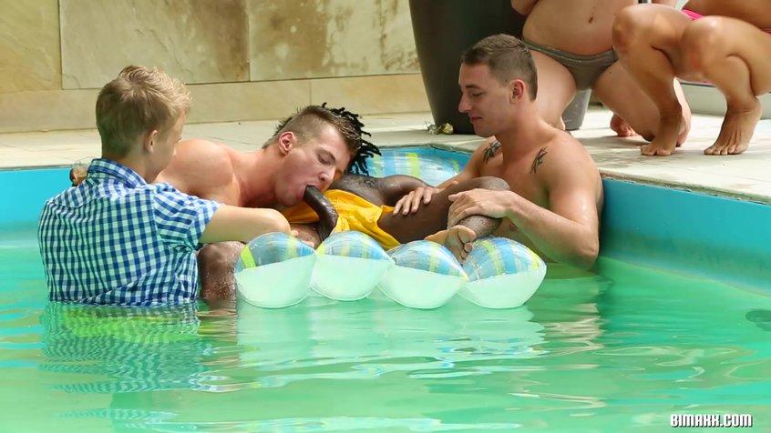 Оргии бисексуалов в бассейне