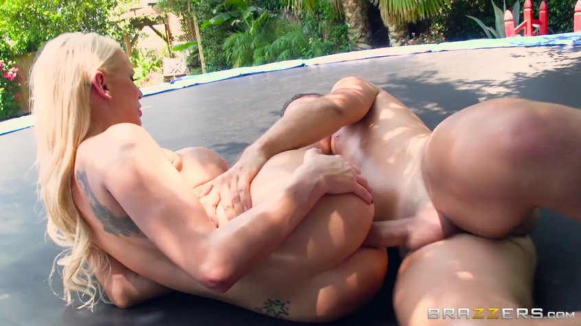 Видео секс на батуте