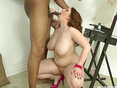У страстной бабы первый секс с негром