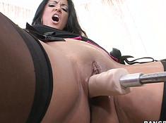 Страстную женщину трахает секс машина