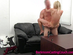 Голая на кастинге принимает в вагине хуй