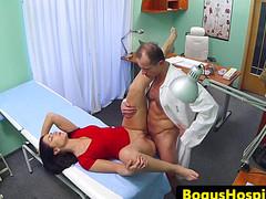Мужчина смело потрахал горячую пациентку