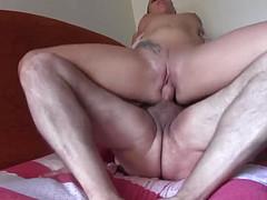 Зрелый самец имеет на коленях девушку
