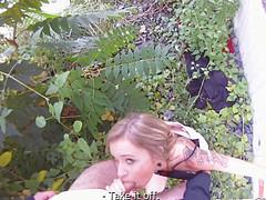 Молодые любовники устроили секс в кустах