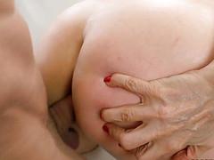 Зрелая начала секс голая с соседом