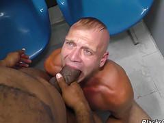 Мужик решил потрахать мужчину в рот и анус