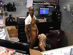 Блонда игриво пососала черный пенис