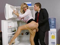 Мужчина трахает коллегу прямо в офисе