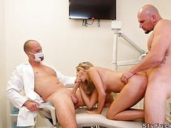 Секс девушки в больнице с двумя врачами
