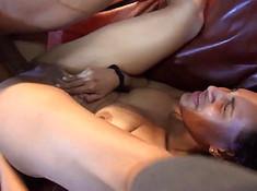 У сексуальной бабы много спермы в анусе