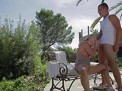 Блондинка жестко отдается незнакомцу на лавке