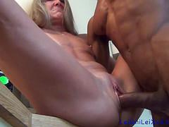 Женщина красиво ласкает вагиной черный хер