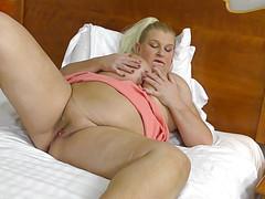 Женщина радостно шалит с половой щелочкой