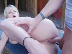 Женщина скачет на парне во дворе дома