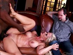 Блонда трахается с негром перед супругом