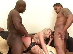 Блондинка обслуживает разные члены мужиков