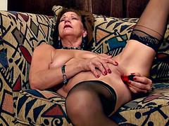 Баба дрочит в чулках свое старое влагалище