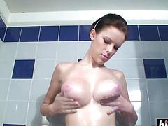 Девушка моется в ванне и теребит титьки