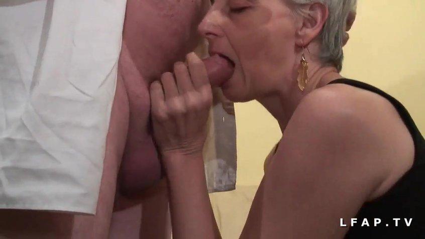Порно одну старуху на двоих