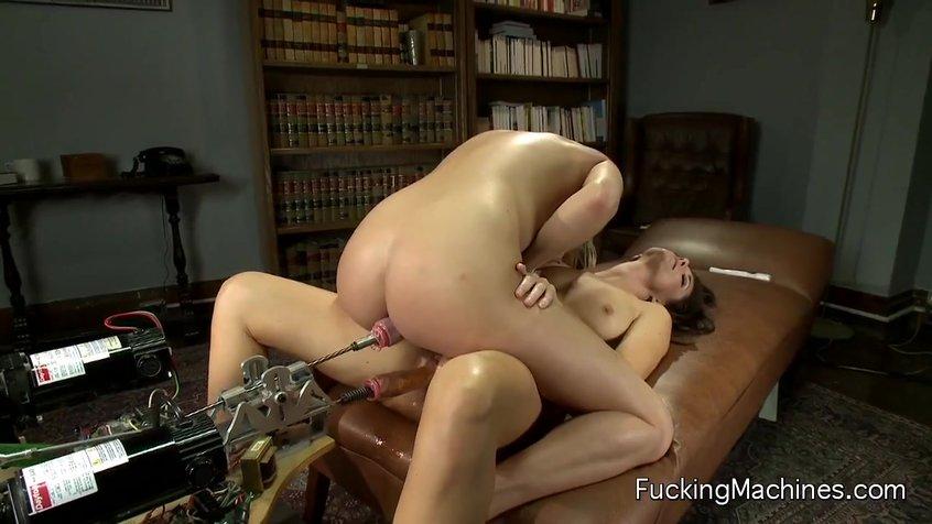 porno-zhestko-potrahalas-s-seks-mashinoy-foto-seksa-sisyastih-zhirnih-telok