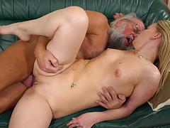 Старик и молодая девушка жарко веселятся