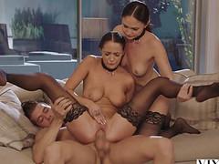 Опытный мужчина ебал двух девок на небольшом диване по очереди